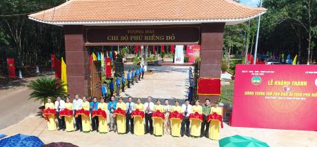 Cắt băng khánh thành Công trình tôn tạo Khu di tích lịch sử Phú Riềng Đỏ. Ảnh Ng Cường.