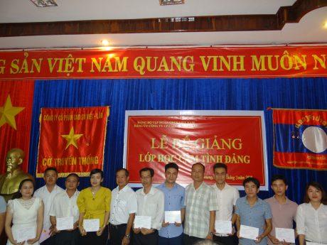 Các học viên được trao giấy chứng nhận hoàn thành khóa học
