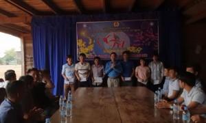 Lãnh đạo CĐ Cao su Chư Prông tặng quà cho CN Công ty CPCS Chư Prông – Stung Treng.