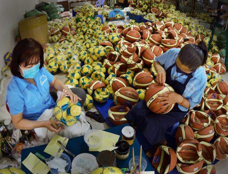 Sản xuất bóng tại Công ty CP Thể thao Ngôi sao Geru. Ảnh: Võ Văn Bông
