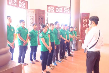 nghe thuyết minh tại khu lăng mộ Nguyễn Đình Chiểu