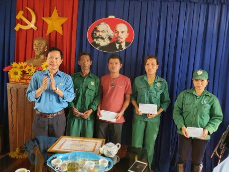 Ông Trần Văn Tiến - Chủ tịch Công đoàn công ty trao quà cho công nhân.