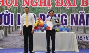 Ông Nguyễn Tiến Đức - Phó TGĐ VRG trao quyết định nghỉ hưu cho ông Mai Văn Tý