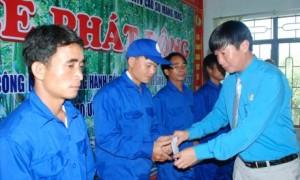 Lê Huy Phu – Chủ tịch Công đoàn Cao su Mang Yang tặng tiền hỗ trợ CN trong Tháng Công nhân năm 2018.