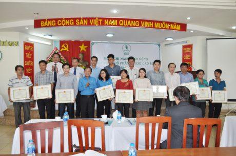 Đại diện lãnh đạo tập đoàn và Công đoàn Cao su Việt Nam trao thưởng cho các cá nhân xuất sắc