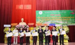 Đ/c Trương Hòa Bình - Ủy viên Bộ Chính trị, Phó Thủ tướng thường trực Chính phủ, trao Huân chương Lao động cho các cá nhân tại hội nghị.