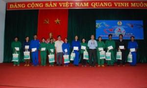 Lãnh đạo CĐ CSVN và Cao su Mang yang cùng nhau trao quà cho CN có hoàn cảnh khó khăn