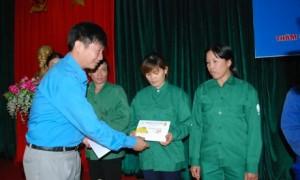 CT CĐ Công ty Lê Huy Phú tặng quà cho CN khó khăn trong dịp tết nguyên đán