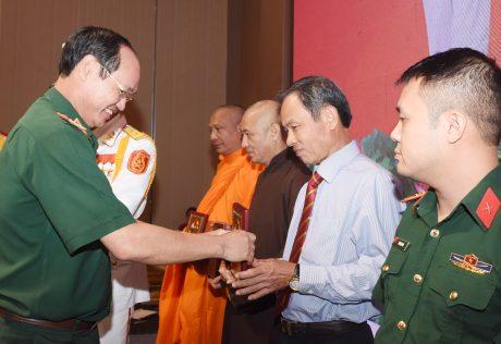 Ông Trần Ngọc Thuận, Bí thư Đảng ủy - Chủ tịch Tập đoàn Công nghiệp Cao su Việt Nam nhận biểu trưng tại lễ vinh danh