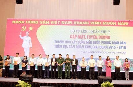Ông Trần Công Kha, Phó bí thư Đảng ủy, Phó TGĐ VRG đại diện VRG nhận biểu trưng tại lễ vinh danh