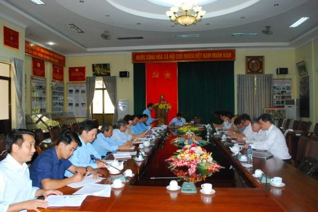TGĐ cao su Chư Prông (đứng) báo cáo với đoàn công tác