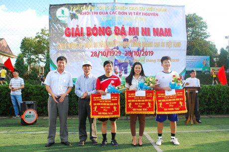 Lãnh đạo Cao su Mang Yang và Sa Thầy trao giải phong cách cho các đội