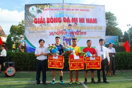 Lãnh đạo Cao su Chư Prông và Chư Mom Ray trao giải Nhì, ba và khuyến khích cho các đội