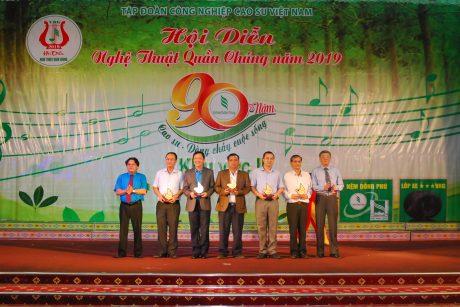Lãnh đạo VRG và CĐ CSVN trao biểu trưng của hội diễn cho lãnh đạo địa phương