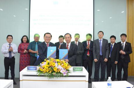 Chủ tịch HĐQT VRG Trần Ngọc Thuận trao đổi biên bản ký kết hợp tác với GS. TS Nguyễn Đông Phong – Hiệu trưởng Đại học Kinh tế TP.HCM