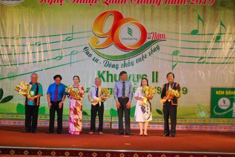 Lãnh đạo VRG tặng hoa cho Hội đồng nghệ thuật