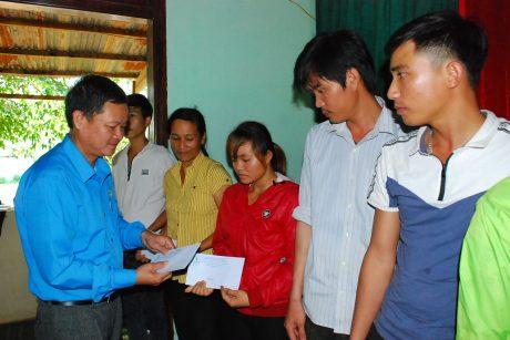 Chủ tịch CĐ công ty Tạ Thúc Bình trao quà cho CN khó khăn