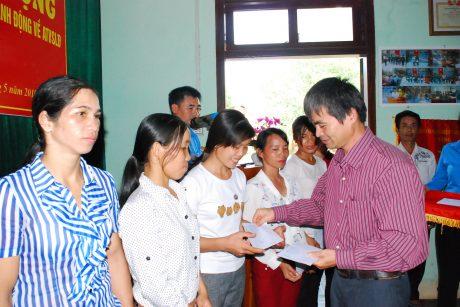 Phó TGĐ công ty Đặng Ưng trao quà cho CN khó Khăn