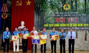 Đại diện lãnh đạo CĐ CSVN và CĐ Cao su Lộc Ninh trao giải thưởng cho các thí sinh.