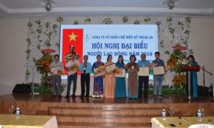Ông Võ Việt Ngân - Phó Chủ tịch Công đoàn CSVN và bà Trần Thị Kim Thanh - Chủ tịch HĐQT Công ty trao Bằng khen của Bộ NN & PTNT cho các cá nhân