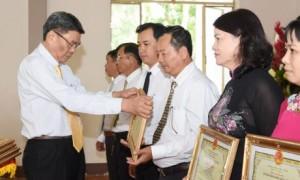Ông Nguyễn Tiến Đức - Phó TGĐ VRG tặng bằng khen cho các cá nhân xuất sắc