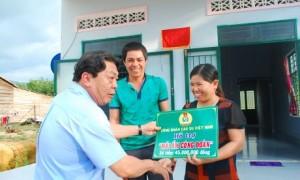 Chủ tịch công đoàn CSVN Phan Mạnh Hùng trao tiền hỗ trợ cho gia đình công nhân Đinh Thế Văn