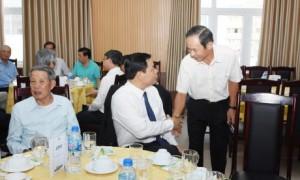 Ông Trần Ngọc Thuận - Bí thư Đảng ủy, Chủ tịch HĐQT VRG (bên phải) gặp gỡ Bộ trưởng Nguyễn Xuân Cường tại buổi họp mặt.