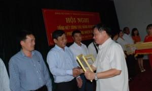 Bí thư Đảng ủy Lê Đình Bửu tặng giấy khen các cá nhân