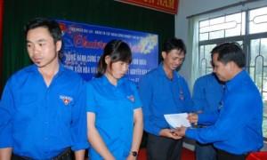 Bí thư Đoàn TN VRG Thái Bảo Tri tặng quà cho ĐVTN khó khăn