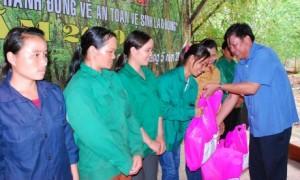 Ông Trần Xuân Thịnh - TGĐ Công ty TNHH MTV Cao su Chư Mom Ray trao quà cho CN mới tuyển dụng.