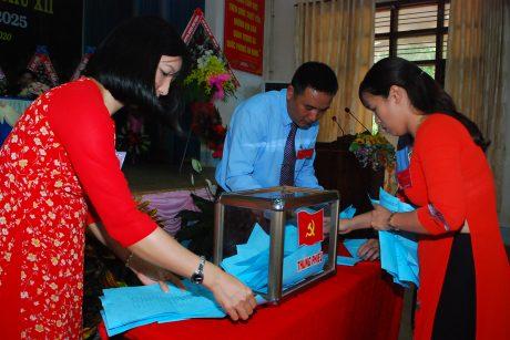 Tiến hành kiểm phiếu sau khi bầu Ban chấp hành