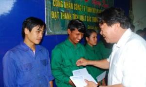 Chủ tịch Phan Mạnh Hùng tận tay trao thưởng cho CN