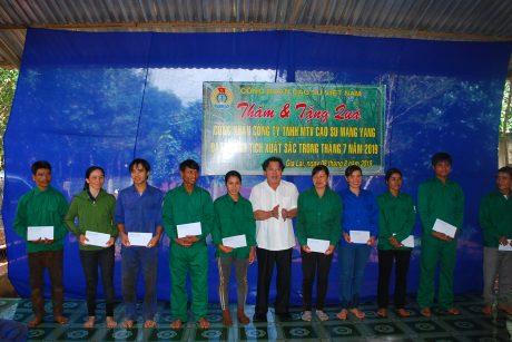 Trao quà của CĐ CSVN cho 11 cá nhân đạt thành tích xuất sắc trong tháng 7
