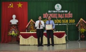 Ông Lê Thanh Tú - Phó TGĐ VRG trao Bằng khen của VRG cho Công ty