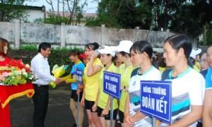 TGĐ công ty Trương Minh Tiến tặng hoa chúc mừng các đội về tham dự giải