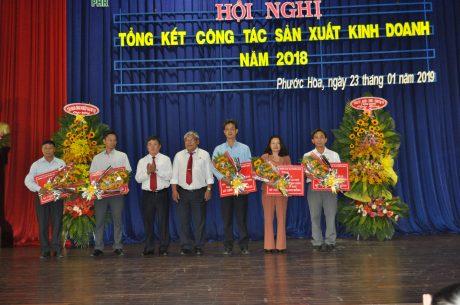 Lãnh đạo công ty trao phần thưởng cho các tập thể đội.
