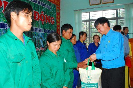 Chủ tịch CĐ công ty Lê Huy Phu trao quà cho CN