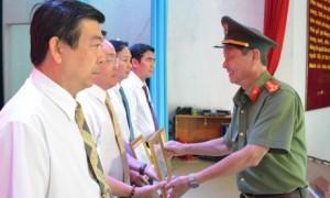 Đại diện lãnh đạo Công an tỉnh Đồng Nai tặng bằng khen cho các đơn vị trực thuộc TCT có thành tích trong việc thực hiện Quy chế phối hợp.