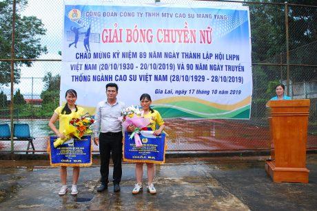Bí thư Đoàn thanh niên công ty Trương Công Minh trao giải ba cho các đội