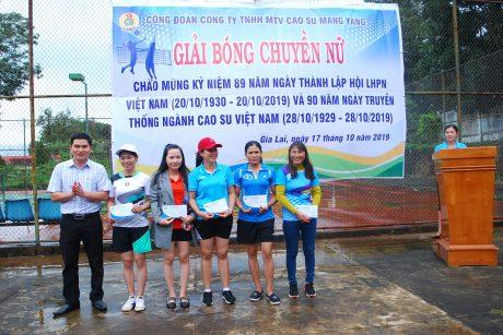 Chánh văn phòng công ty Hồ Xuân Bắc trao giải khuyến khích cho các đội về tham dự