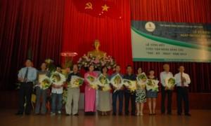 Lãnh đạo Tập đoàn trao giải tại Lễ tổng kết cuộc sáng tác Thơ - Ký - Nhạc năm 2013. Ảnh: Vũ Phong
