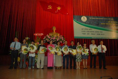 Lãnh đạo Tập đoàn trao giải tại Lễ tổng kết cuộc sáng tác Thơ – Ký – Nhạc năm 2013. Ảnh: Vũ Phong