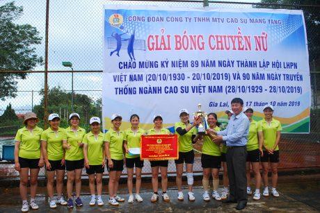 Chủ tịch công đoàn công ty Lê Huy Phu trao cúp vô địch cho Nông trường K'dang