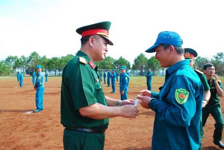Đại diện lãnh đạo Bộ CHQS tỉnh GL trao giấy chứng nhận cho các học viên