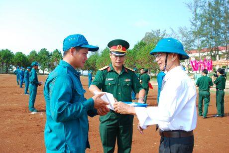 Đại diện Hội võ thuật cổ truyền tỉnh GL trao giấy chứng nhận cho các học viên