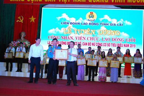 Lãnh đạo tỉnh Gia Lai trao Bằng khen cho ông Lê Văn Thọ của cao su Mang Yang