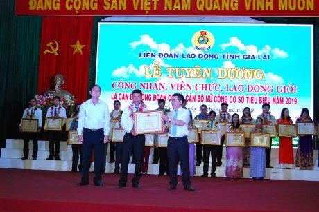 Lãnh đạo tỉnh Gia Lai trao bằng khen cho anh Tăng Văn Hiền của Cao su Mang Yang