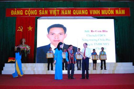 Lãnh đạo LĐLĐ trao bằng khen cho anh R'com Bliu