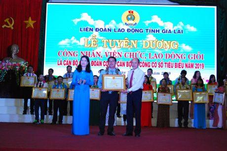Lãnh đạo LĐLĐ tỉnh và Ban Thi đua khen thưởng tỉnh trao bằng khen cho anh Nguyễn Anh Trực của cao su Chư Sê