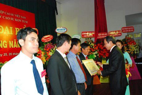 Chủ tịch HĐQT Trần Ngọc Thuận trao bằng khen của Bộ NN&PTNT cho các cá nhân